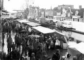 Natte voorjaarsmarkt in 1978 te Gorredijk, hier de kramen en standwerkers op Brouwers- en Langewal.
