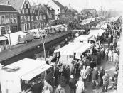 Marktkooplui staan met hun kramen op Kerke- en Molenwal tijdens de oktobermarkt 1976