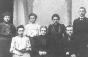 Van der Zwaag met vrouw en kinderen in 1904. Staande: Aaltje, Tietje, Elisabeth en Gabe v/d Zwaag. Zittend: Harmke v/d Zwaag, Catharina Faber (Geerts vrouw) en Geert Lourens v/d Zwaag.