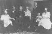 Een groep kleinkinderen van Geert Lourens v/d Zwaag. V.l.n.r.: Annie v/d Zwaag, Geert de Boer, Wijke de Boer, Geert Lourens v/d Zwaag, Elias de Jong, Catharina Numan en Catharina de Jong.