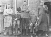 Personeel van de drukkerij van Geert Lourens v/d Zwaag, toen nog gevestigd aan de Brouwerswal nr.21 (nu bakkerij Verloop). V.l.n.r.: Jan v/d Wijk, Wobbe Bosma (overleden in 1909), Binne van Leer, en Gabe Geerts v/d Zwaag.