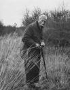 Engbert Jobs Posthuma laadt zijn jachtgeweer. Hij is hier op zijn ''Boschhoeve'' te Nije Berkoop. De foto is gemaakt in 1969, hij was toen 85 jaar.