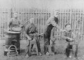 Vier broers- vier smeden, ''de Brugjes'' of wel de gebroeders Van der Brug die aan de Molenwal nr.2 woonden. Zij maakten o.a. brandkasten en kachels.