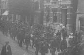Mobilisatie 1914-1918. Manschappen in de Hoofdstraat te Gorredijk op weg naar Lippenhuizen.