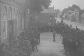Mobilisatie 1914-1918. De dagorder wordt op het plein voor de school (nu museum) te Gorredijk voor gelezen.