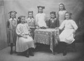 Gelegenheidskoortje van Gorredijk. V.l.n.r.: Tite Zwart, Aukje (Aus) Nauta, Dien v/d Meulen, Trijntje Maréchal, Trijntje (Tine) Zwart, Sijke (Suze) Sjollema, Johanna Heijenga.