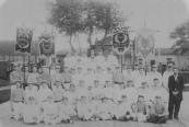 Rechts gymnastiekleider Biccard met leden van vier gymnastiekvereingingen die hij les gaf: Stanfries, Friso, Arena, Kracht.