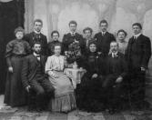 Foto ter gelegenheid van het huwelijk van Rijkele Alberts de Jong met Aukje (Akke) Wouters Jongbloed op 04-06-1908. Rechts zittend het bruidspaar, links Molle de Jong en Harmke v/d Zwaag (huwelijk in 1915 ontbonden). Staande: Aaltje v/d Zwaag, Jonker, Elisabeth v/d Zwaag, Arendsen, Tietje v/d Zwaag, Hendrik Jongbloed, Wietske Jongbloed en Gabe v/d Zwaag.