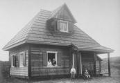 De familie Sinnema bij hun vakantiehuisje op Ameland.