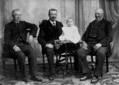 Familiefoto met in het midden Albert Sinnema met zoon Henk op het tafeltje.