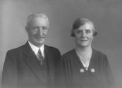 Albert Sinnema en zijn tweede vrouw Jeltje Elzinga, Albert was hoofd van de Muloschool.