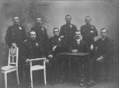 De Postbeamten in Gorredijk omstreeks 1909. V.l.n.r. staande: de Vries, Jarings, Rijkens en Dijkstra. Zittend: Dokter, de Boer, Thijs Aberson (directeur), en B de Vries (klerk).
