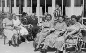 Een aantal leden van de vereniging van huisvrouwen afdeling Gorredijk tijdens een uitstapje naar Terschelling. V.l.n.r.: Mevr. de Groot, Joukje Jousma-de Vries, N.N., Jantje Beenen-Holthuis, N.N., (achter) Mevr. de Vries (van Greate Geert), Mevr. v/d Ploeg (staande), Anna Visser-Dijkstra, Johanna Veensma-Nijholt en Tinie Schouwstra-Numan.