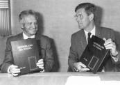 De 25 jarige vriendschap met de Joodse gemeente Ra'anana in Israël werd in 1988 bezegeld met een boek. Hier de overhandiging door Burgemeester van Bodegom.