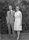 Hessel Posthuma, burgemeester van Opsterland en zijn vrouw T.Posthuma-Posthuma. Zij vertrokken naar Deventer, waar hij op 7 februari 2003 op 82 jarige leeftijd overleed.