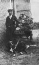 Gosse Boersma met zijn groenten op de hondekar in de Burgemeester Selhorststraat te Gorredijk. Foto 1926. Later zou hij in Lippenhuizen wonen.