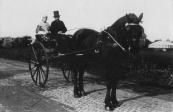 Tietje Geerts v/d Zwaag en Louis Leefsma op 28 oktober 1913 tijdens de jaarlijkse ringrijderij op de Nijewei te Kortezwaag.