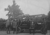 De Gorredijkster brandweer met haar personeel. V.l.n.r.: Gerard Brons, Hans de Boer, Engbert Posthuma, Gerrit WagenaarAnne de Jong (chauffeur), Hendrik Jongbloed op de treeplank en Hans Veldman.