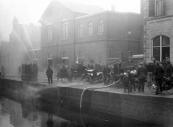 Ook op de begane grond was Teijema een fotograaf van formaat. Deze plaat maakte hij van een demonstratie die de gemeentelijke brandweer op de Kerkewal gaf, wellicht na aanschaf van nieuw materiaal. 19 juni 1924.