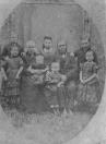 Foto van Douwe van Dam en gezin in 1874. Hij was bakker in de twee gebroeders.