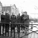 Het bestuur van Plaatselijk Belang, staande op het voetbruggetje bij de Molenhof. V.l.n.r.: J.de Vos, Pater L.van Ulden, H.Schippers-Stoelwinder, Harm Blokzijl, Sietske van der Meulen en G.Looienga.