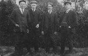 Vier Gorredijkster vrienden. V.l.n.r.: Hans Wapstra, Jan Dunant, Jan Bosma en Otte v/d Werf. Foto 1910.