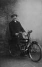 De hier afgebeelde heer Jelsma zit op een Engelse motorfiets merk ''Raglan'' uit 1914. Jelsma was leerling machinist bij Tjitse Mast op de olieslagerij aan de Kerkewal te Gorredijk.