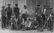 Deze arbeiders werkten bij de leerlooierij van Nauta. De schorsmolen produceerde niet voldoende grondstof, zodat dit produkt ook per schip werd aangevoerd. Bovenstaande personen losten in 1909 een schip dat aan de Kerkewal bij de molen lag. Staande v.l.n.r.: Gauke de Haan, Gurbe Werkman, Hendrik Warnar (molenbaas), Sjoerd Hamsma, N.N., Willem Glasz, (schipper) N.N., Jacob v/d Meer. Voor: N.N., Aldert Popma, Albert Warnar en ...Posthuma.