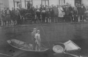 In 1929 raakte een personenauto in de sluiskolk te Gorredijk. De berging van de auto trok veel publiek. In de roeiboot Egbert Kuipers (links) en diens zwager Anne Willems de Jong.