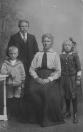 Gurbe v/d Wijk (geb. 03.07.1877) en zijn vrouw Loltje Grupstra (geb. 12.05.1881) hebben model getaan voor de korte weersverwachting van Hans de Jong op het voorblad van de Leeuwarder Courant. Hier staan zij met hun zoon Wiebe (geb.18.04.1911) en dochter Martha (geb.22.05.1909).