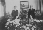 Op 10 mei 1928 vierde notaris Spruijt zijn 25 jarig jubileum als voorzitter van Plaatselijk Belang. Links van hem staat zijn vrouw Maria E.C.Greebe, zittend hun beide dochters Anna en Cornelia.