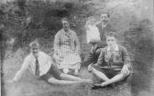 Het gezin van Hendrik Dijkstra, direkteur van de in 1918 geopende Friesche Bank die later opging in de Rotterdamsche Bank. Vooraan links Hans, rechts Jaap Dijkstra. In het midden Janke van Dam, de vrouw van Hendrik Dijkstra die achteraan zit met dochter Hielkje (Hieke) op de arm.