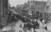 Een onafzienbare rij van ''hoge hoeden'' vervoerde op 1 augustus 1929 de Gorredijkster ouden van dagen op hun tocht naar Oranjewoud en Frederiksoord. Dit was de eerste van een jaarlijks terugkerende feestdag die werd georganiseerd door de middenstand. De eerste auto was van Hendrik Jonkers, de derde van Gerrit Sijtsema.