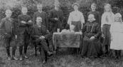 Bij tafel Lammert Heringa en Neeltje Heringa-Van der Meulen. De kinderen: Johannes, Sjoerd, Hendrik, Gerke, Hielkje, Gerrit, Yke en Catharina.