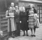 Deze foto werd gemaakt bij het vertrek van Jelle de Boer naar Amerika. V.l.n.r.: Jitske de Boer - de Jong, Hans Jelles de Boer (moeder en vader van Jelle), Jelle Hanzes de Boer, N.N., en Romkje de Boer, zuster van Jelle.