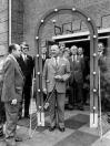 Het voltallige bestuur van de W.H.I. was op 17-09-1974 aanwezig bij de handelstentoonstelling Magneto in de Skans te Gorredijk. De man met het lint, de Heer Wim Riemersma, Rijksconsulent voor het midden en kleinbedrijf. Vanaf Links: H.J.Bijlsma, R.Inneger, M.Faber, N.N., M.Kerstbergen-Brinksma, B.de Boer, D.Boorsma, J.v/d Zee, K.Idzinga en W.Veenstra.