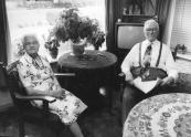 Hendrik Heringa en zijn tweede echtgenoot Anna Broers in hun duplexwoning aan de Nijewei op 23 juli 1983.