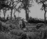 Yke Roelinga en A. Roelinga-Bethlehem met Lammert Veldema op de arm. Foto gemaakt in de tuin van het huis aan de Nijewei bij de afslag naar Tjoelebartje.