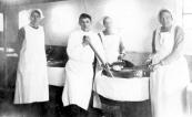 De gaarkeuken in 1918 in de schuur van G.Boelens.