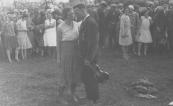 Jan Eisenga (met viool) overlegt met zijn vrouw, waarschijnlijk tijdens volksdansen op Allardsoog te Bakkeveen.