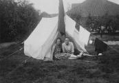 Jan Eisenga en zijn vrouw kamperen. De vlag van de Geheelonthoudersbond staat roerloos voor de tent.