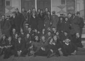 De Jeugd Geheelonthouders club, afdeling Gorredijk, poseerde op 10 maart 1935 op de stoep van het postkantoor aan de Kerkewal. Op de bovenste rij rechts staat Attje Sijke Kort, de rest is onbekend.