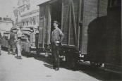 Kort na de tweede wereldoorlog werd de tramdienst gestaakt en zijn de rails opgebroken. Geheel rechts op de foto de locomotief van de opbraaktram, een zogenaamde grote Henschel. De Gorredijkster Gerrit van der Walle liet zich dit historische moment niet ontgaan.
