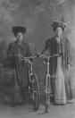 Deze twee vooruitstrevende dames zijn Abeltje Bosma en Johanna de Vries. Het rijwiel van Abeltje was voorzien van een kaarslamp, Johanna moest het doen met een carbidlamp. Abeltje bleef ongehuwd en woonde als coupeuse aan de Langewal te Gorredijk.