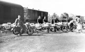 Bij het tramstation is een voorraad motorfietsen aangekomen, deels nog zonder banden. Eigenaar Hendrikus de Boer zit op een reeds voor verkoop gereedgemaakte B.S.A. motor met nummerbord B16249 op naam van Hendrikus de Boer, Gorredijk, gemeente Opsterland. Afgegeven: 20-5-1931.